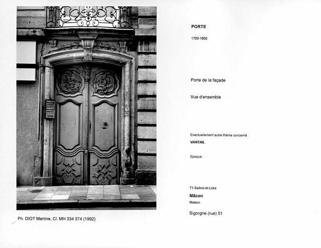 Porte de la façade. Vue d'ensemble