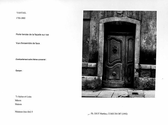 Vantail de la porte tiercée de la façade sur rue. Vue d'ensemble de face