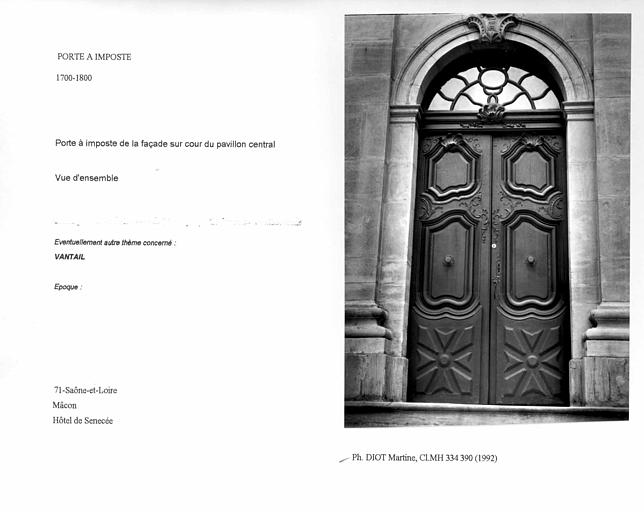 Porte à imposte de la façade sur cour du pavillon central. Vue d'ensemble