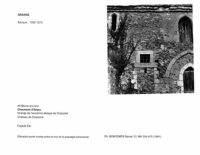 Façade est de la grange. Elévation, porte murée entre le mur et le passage transversal