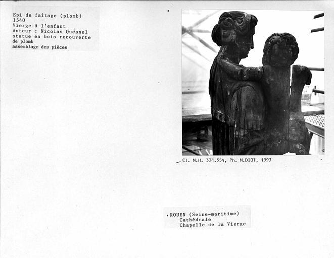Cathédrale Notre-Dame. Epi de faîtage en bois recouvert de plomb, statue de 'Vierge à l'enfant' de la chapelle de la vierge. Vue du côté : enfant vu du dos