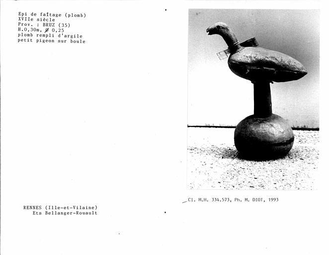 Epi de faîtage en plomb rempli d'argile, pigeon sur boule