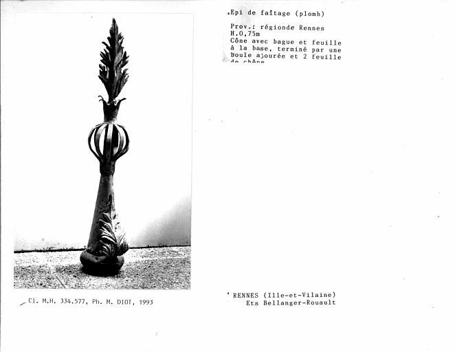 Epi de faîtage en plomb, cône avec bague et feuille à la base, terminé par une boule ajourée et deux feuilles de chêne