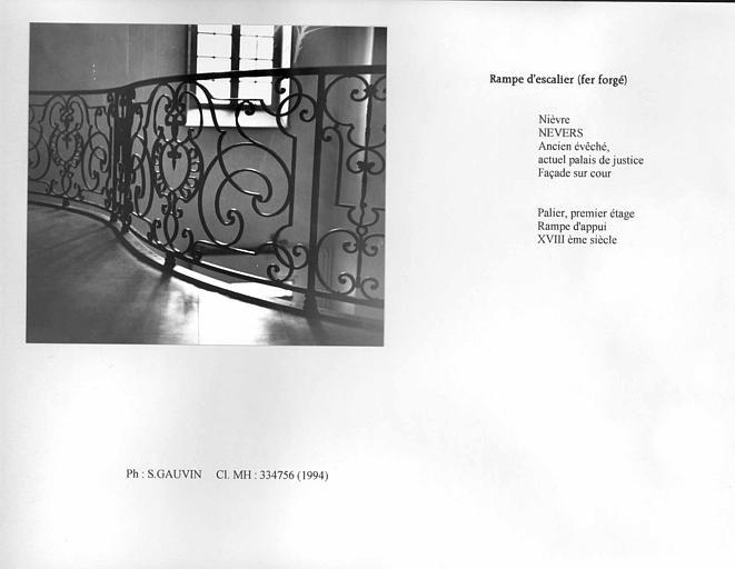 Rampe d'escalier en fer forgé, premier étage. Vue de face