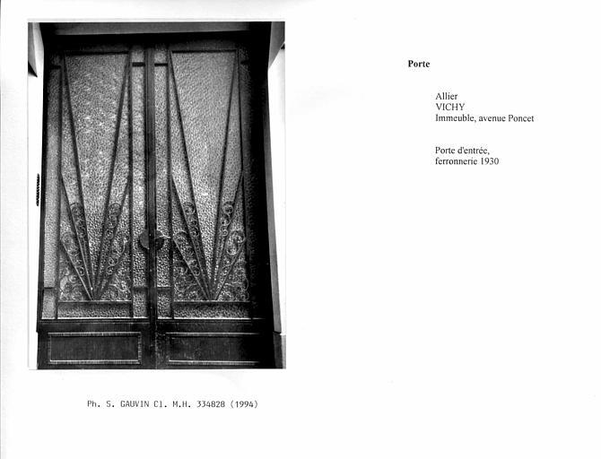 Porte d'entrée et cage d'escalier avec rampe en fer forgé, rez-de-chaussée
