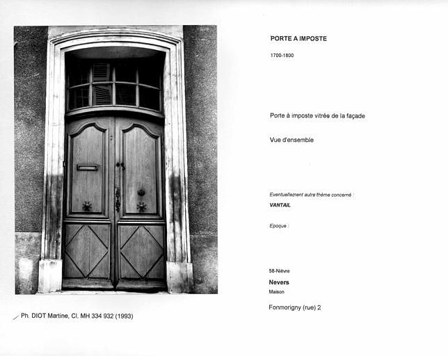 Porte à imposte vitrée de la façade. Vue d'ensemble