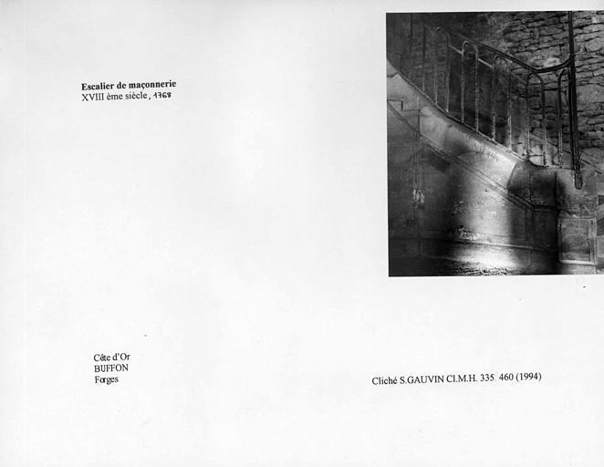 Rampe de l'escalier de maçonnerie du bâtiment du haut fourneau. Vue du départ de la rampe
