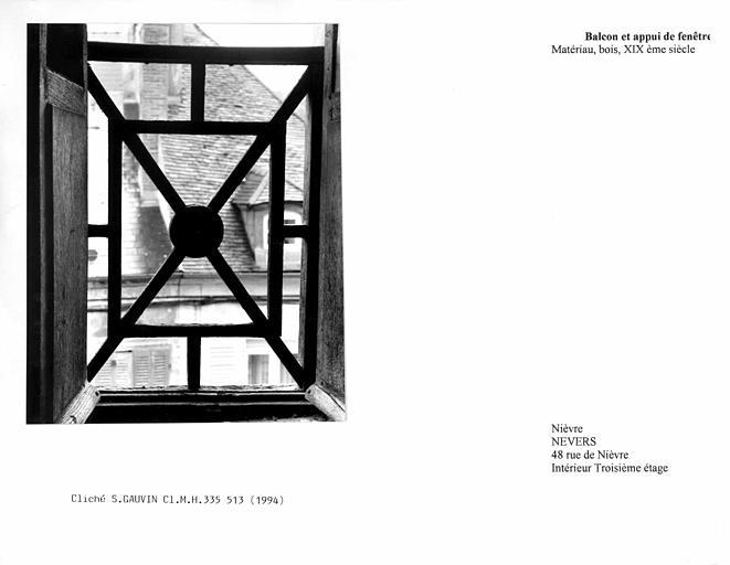 Balcon et appui de fenêtre. Vue de face, gros plan, depuis l'intérieur