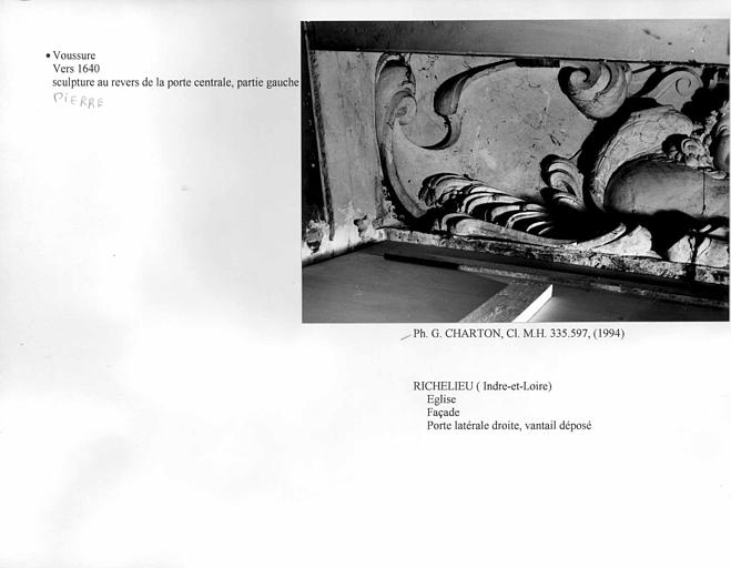 Voussure de la porte latérale droite de la façade. Sculpture au revers de la porte centrale, partie gauche