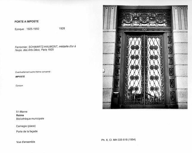 Porte à imposte de la façade. Vue d'ensemble