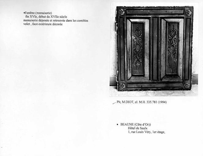 Fenêtre (B), premier étage. Volet, face extérieure décorée