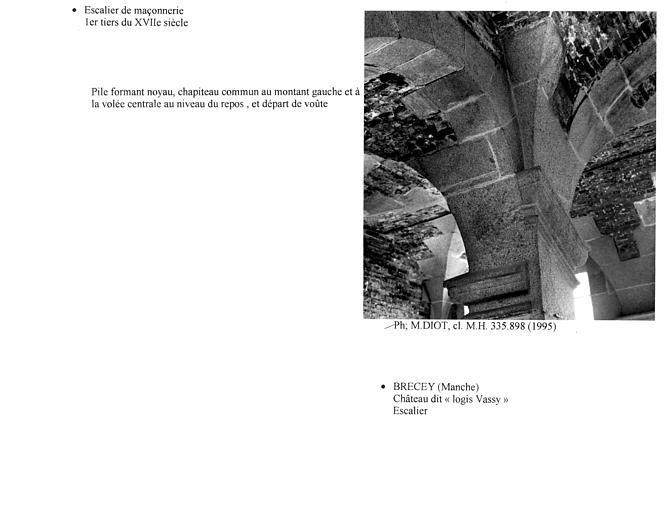 Escalier, pile formant noyau, chapiteau commun au montant de gauche et à la volée centrale au niveau du repos, départ de voûte