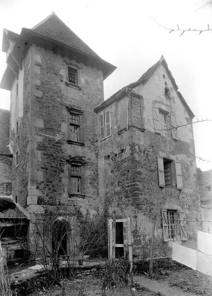 Maison contiguë à la porte fortifiée du château (ancien prieuré)