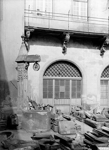 Vue d'une porte-fenêtre de la cour intérieure