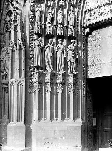 Ebrasement gauche du portail sud de la façade occidentale