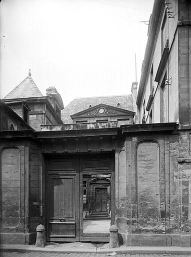 Vue du porche d'entrée et de la cour intérieure