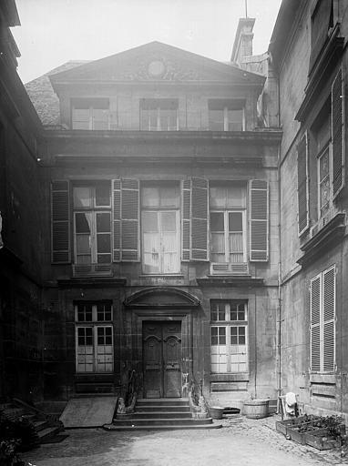 Vue de la porte d'entrée sur la cour intérieure