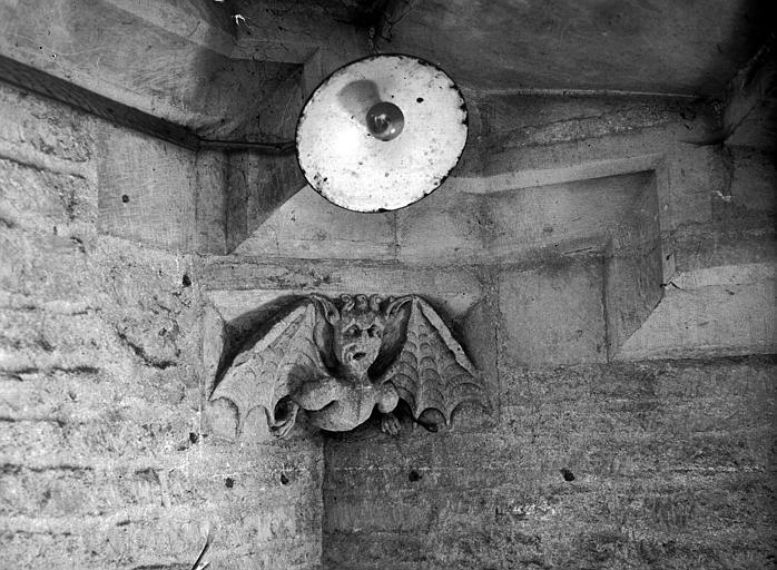Angle intérieur : lampe, médaillon représentant un diable
