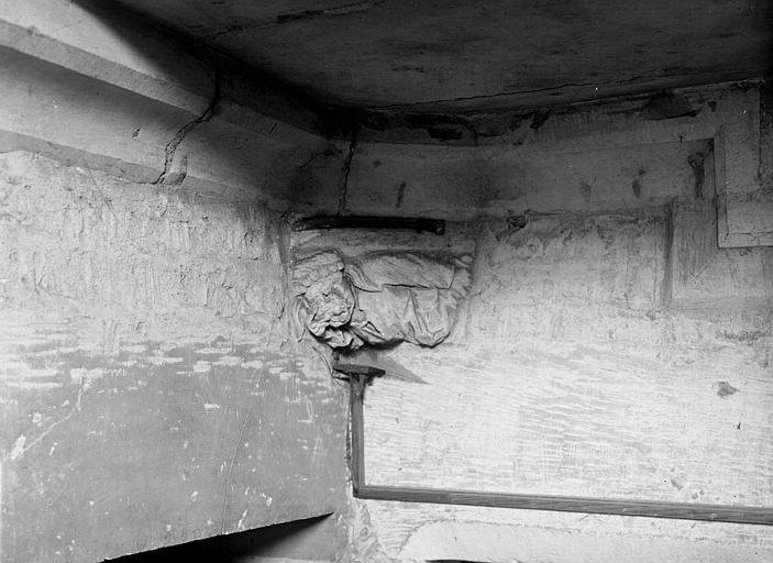 Angle intérieur : médaillon représentant un homme avec une charlotte