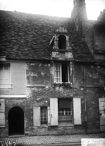 Façade sur cour : porte d'entrée, fenêtre