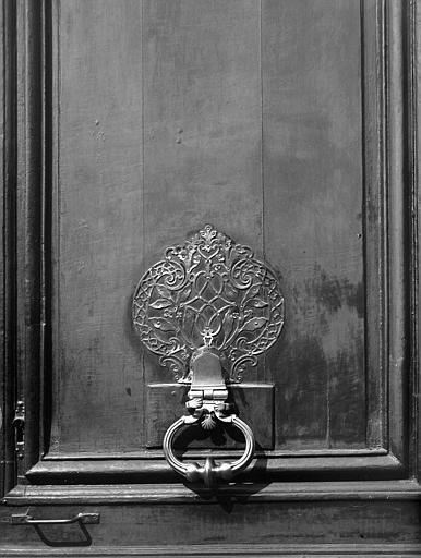 Marteau 'Oblate', détail d'une porte d'entrée