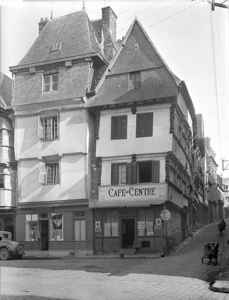 Angle des façades, Café du Centre en rez-de-chaussée