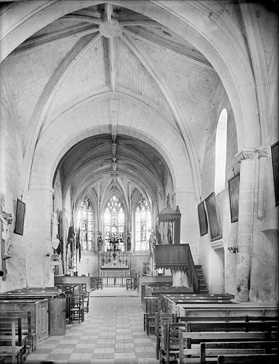 Vue intérieure de la nef vers le choeur