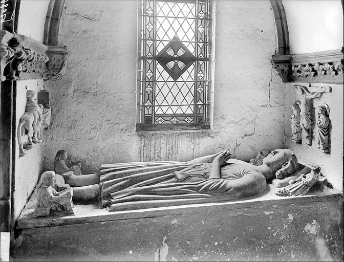 Tombeau avec statue de gisant en pierre peinte polychrome : chevalier
