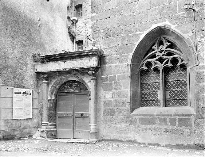 Façade sur rue : porte et fenêtre