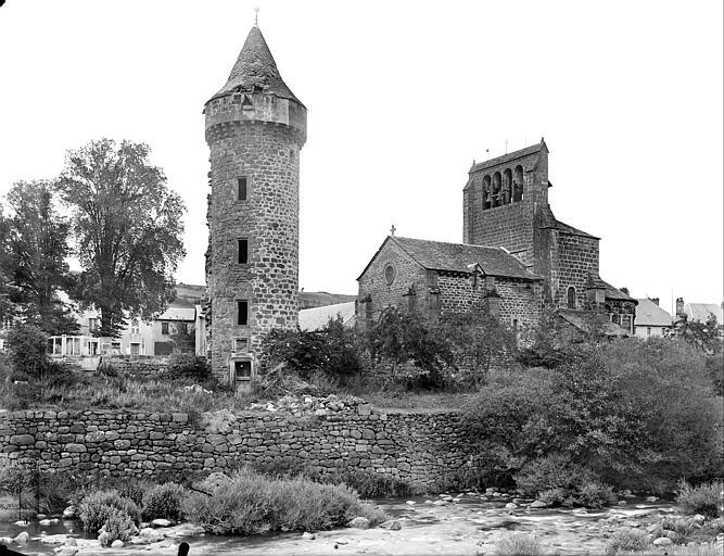 Vue générale prise du sud-ouest : l'église et la tour du château