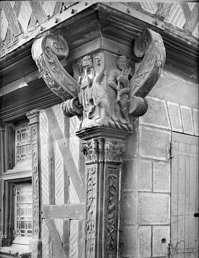 Poteau cornier sculpté : musicien et animaux