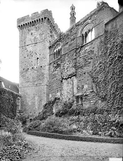 Cour d'honneur : donjon et façade de la salle seigneuriale (aile ouest)