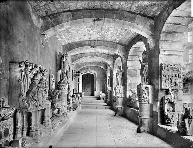 Vue intérieure de la galerie de l'aile nord : dépôt lapidaire