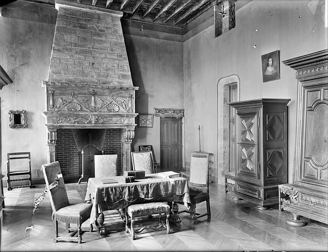 Aile sud-est : vue intérieure d'une chambre, vers la cheminée