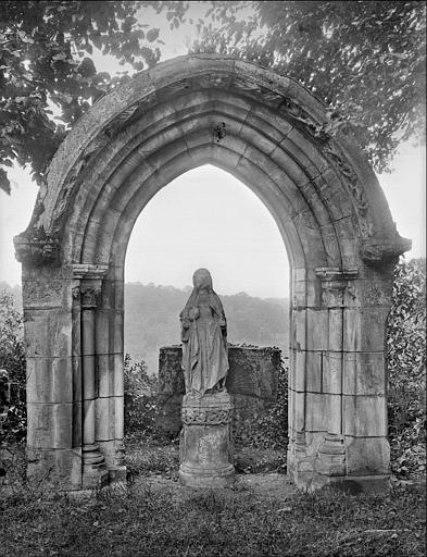 Portail d'église et statue du trumeau