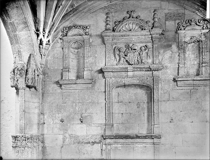Vue intérieure de la chapelle : façade avec niches et bas-relief