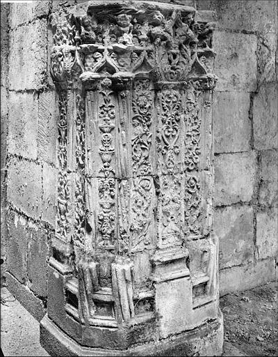 Vue intérieure de la chapelle : pilier d'angle sculpté