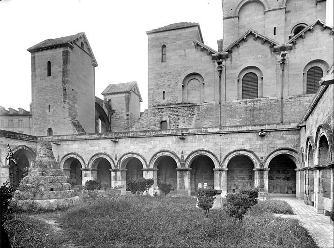 Cloître : galerie nord, jardin et façade sud de l'église latine