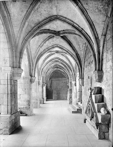 Cloître : vue intérieure de la galerie sud