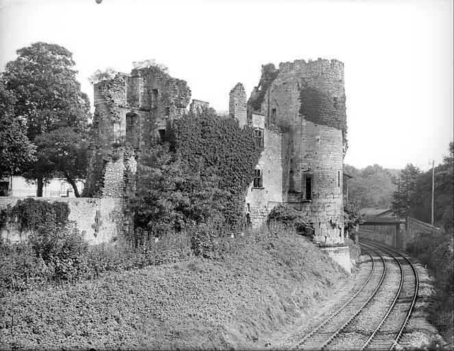 Façade extérieure, côté chemin de fer : corps de logis et tour sud