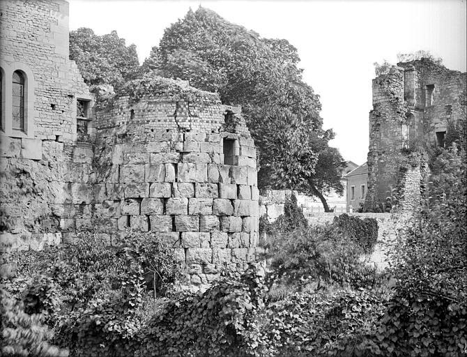 Façade extérieure, côté chemin de fer : soubassement d'une tour et vestiges romains