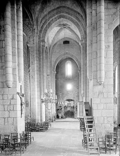 Eglise : vue intérieure de la nef vers l'entrée