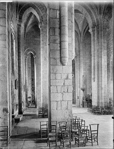 Vue intérieure du bas-côté nord et de la nef, vers l'est