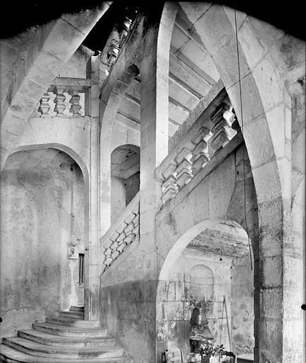 Vue intérieure d'une tour : escalier