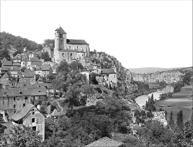 Vue générale prise du sud : l'église et le village dominant le Lot