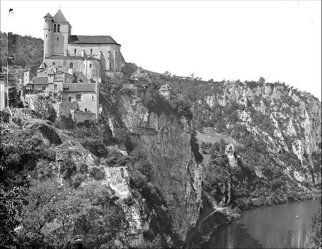 Vue générale prise du sud : l'église et son éperon rocheux dominant le Lot