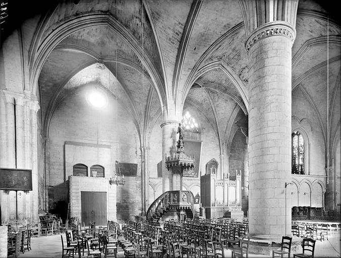 Vue intérieure de la nef, prise du bas-côté sud vers le nord-est