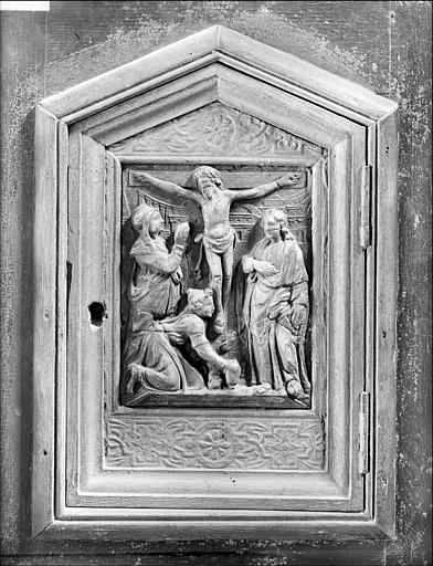Porte du tabernacle dans le bas-côté sud : le Calvaire