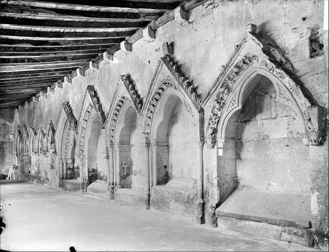 Cloître : vue intérieure de la galerie nord. Enfeux dans le mur