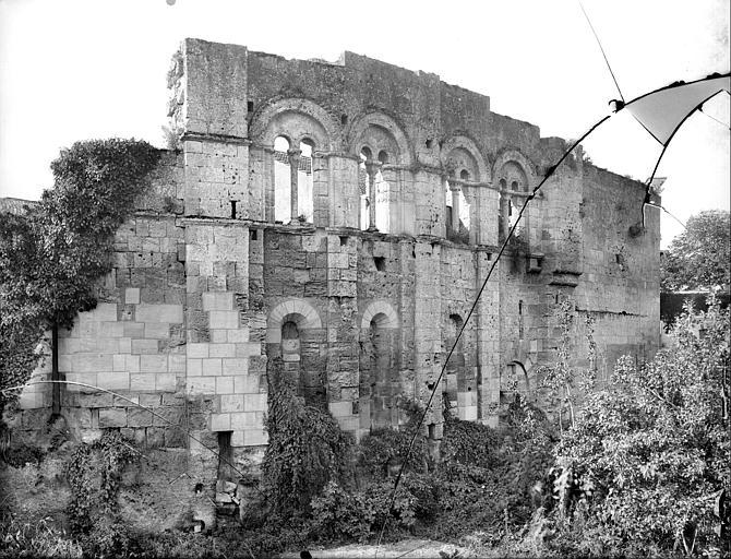 Façade à fenêtres romanes géminées
